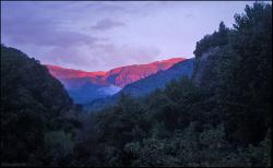Góry widziane z pola biwakowego oświetlone promieniami zachodzącego słońca